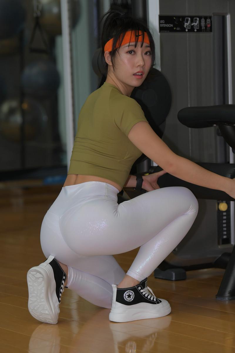 盛夏街拍作品白色亮光紧身裤小姐姐【套图+视频】 27392739  帖子ID:805