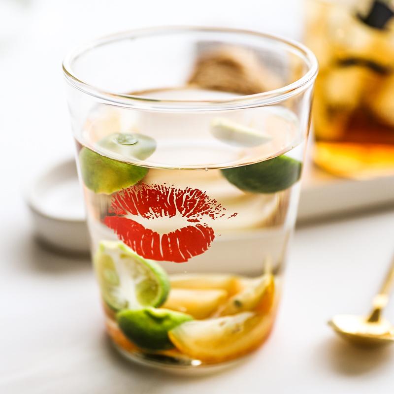 Дом в губы джентльмен сопротивление горячей стакан чашки завтрак чашка молоко кофе сын фруктовый сок чашка холодный напиток чашка
