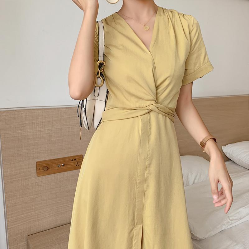 Tencel vải lanh màu vàng nữ 2020 mùa hè mới khí chất v-cổ Pháp váy dài đến đầu gối - Sản phẩm HOT
