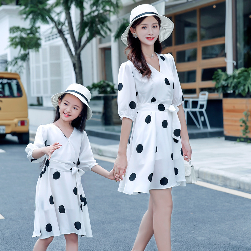 。 Korean version of the summer mother and daughter dress polka dot chiffon dress girl princess dress thin beach.