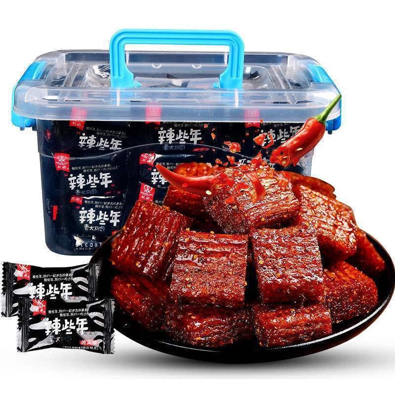 大刀肉网红辣条大礼包8090后麻辣零食便宜�15个