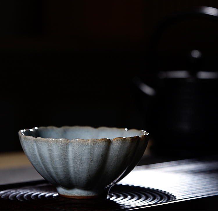 Ancient sheng up new name plum petals your porcelain tenderness CPU master cup single cup which can keep your up jingdezhen kung fu