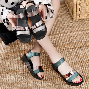 妈妈凉鞋镜面时尚软底中年女夏平底中老年坡跟防滑软皮舒适夏季鞋