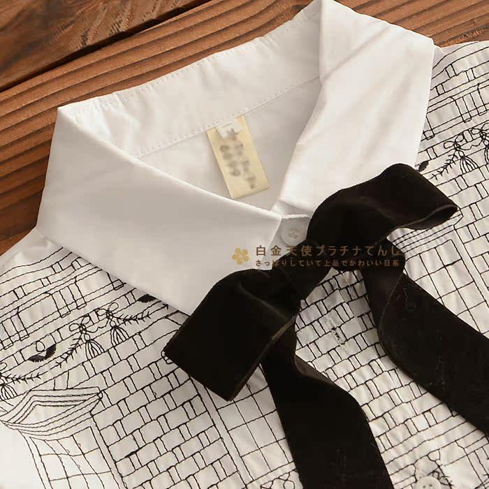 Váy trắng đính nơ ở cổ áo