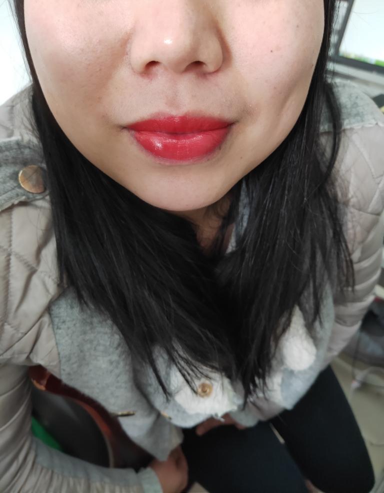 水密码粉漾初色美唇膏666幸运西柚色试色,偏水红色的口红