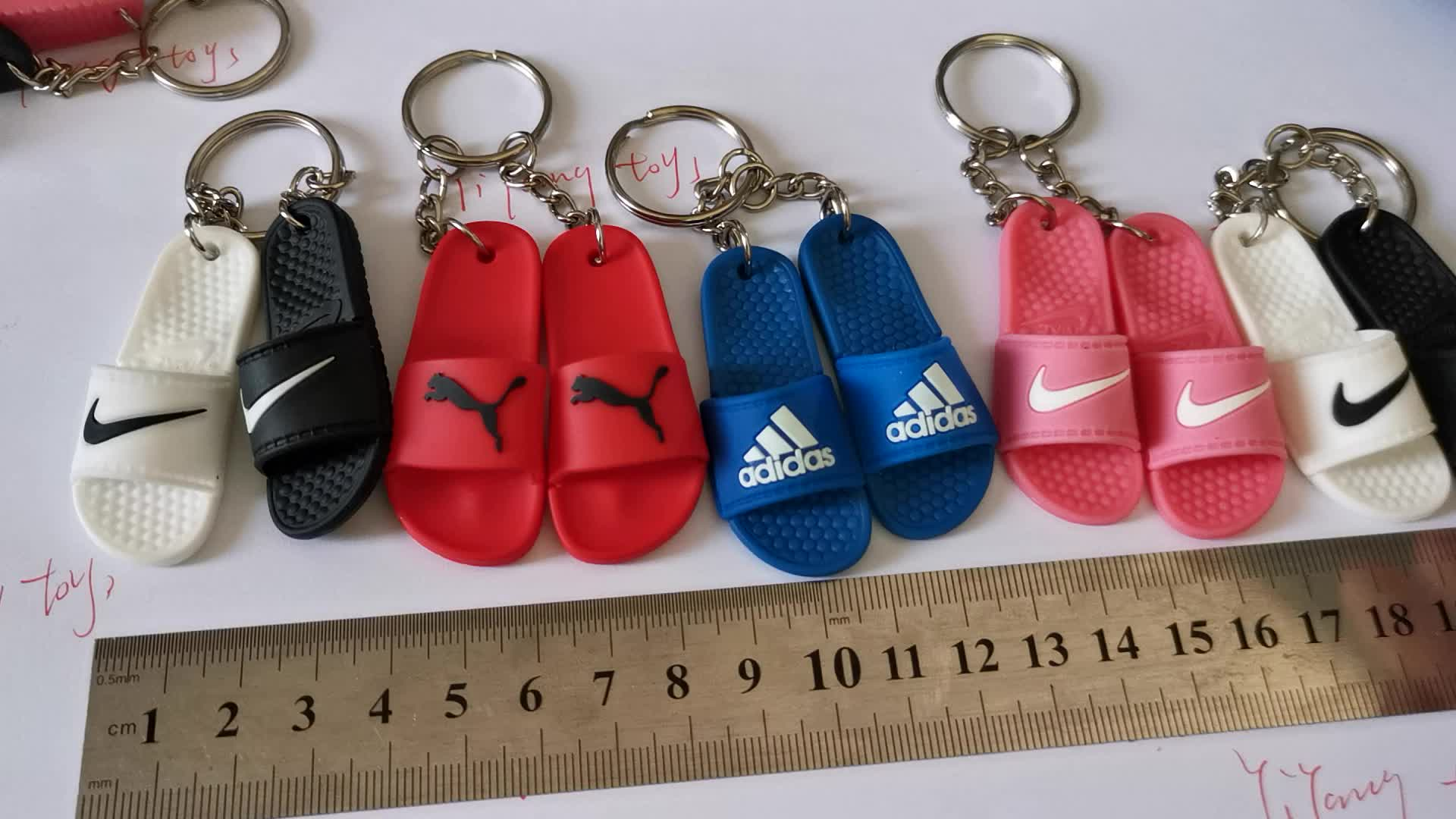 Murah Grosir Sandal Gantungan Kunci Bahan PVC Lembut 3D Sandal Gantungan Kunci 3D Mini Sepatu Mesin Boneka Hadiah Kecil Massal Sepatu gantungan Kunci