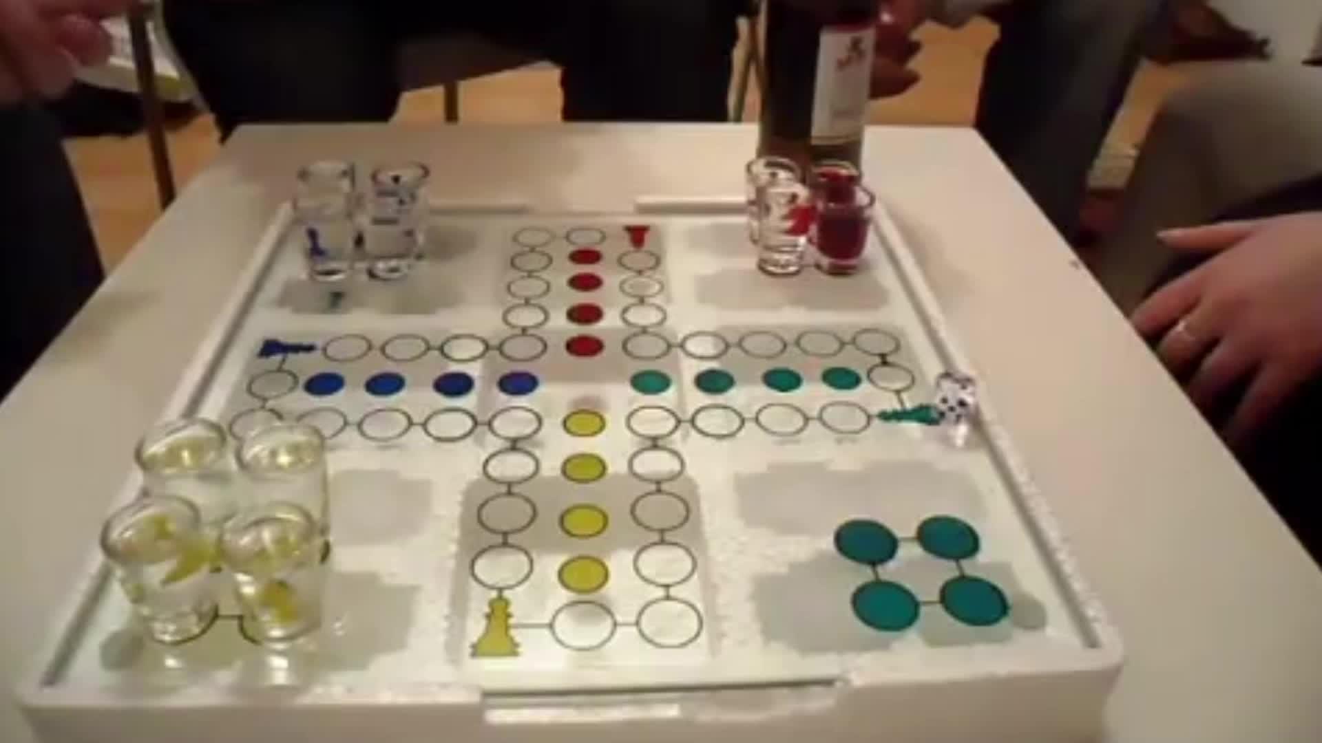 Speelgoed Stop Ludo Drinking Game (Parcheesi) met 16 Borrelglaasjes, 2 Dice & Glas Game Board