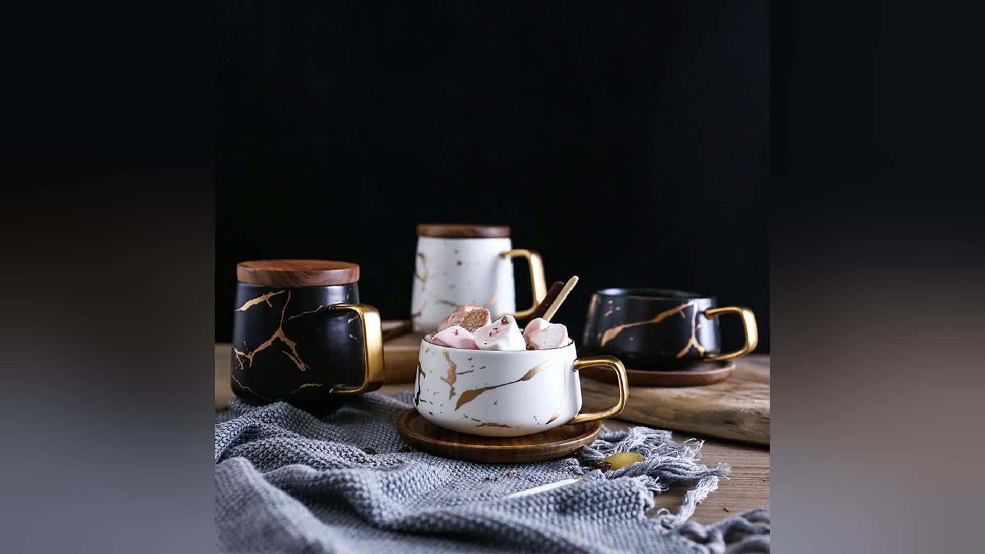 गर्म बेचने के काले और सफेद चीनी मिट्टी के बरतन कॉफी कप मग के साथ गोल्डन संगमरमर डिजाइन और लकड़ी ढक्कन या लकड़ी कोस्टर