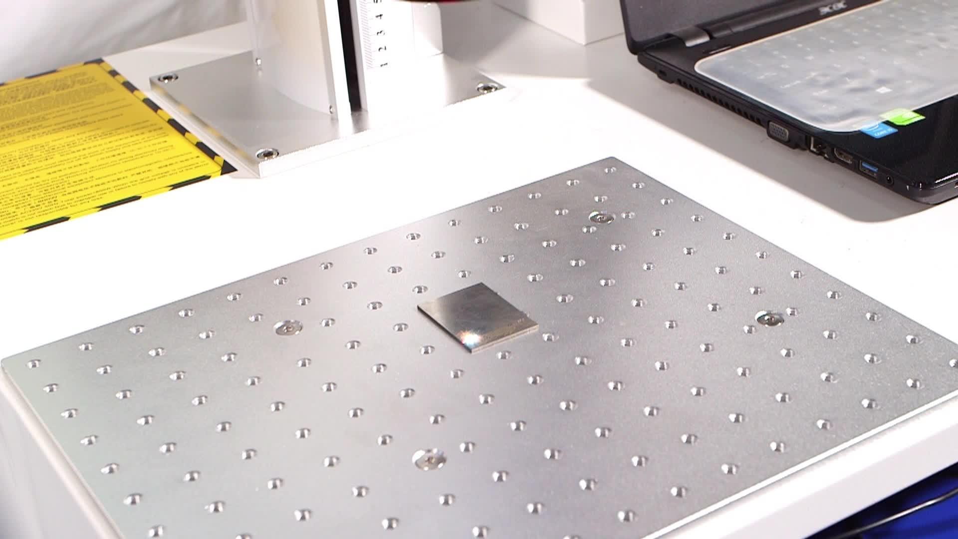 ประเภทตาราง 20 W 30 W ไฟเบอร์เลเซอร์เครื่องหมาย 3D โลหะแกะสลักโลโก้โปรโมชั่นราคา