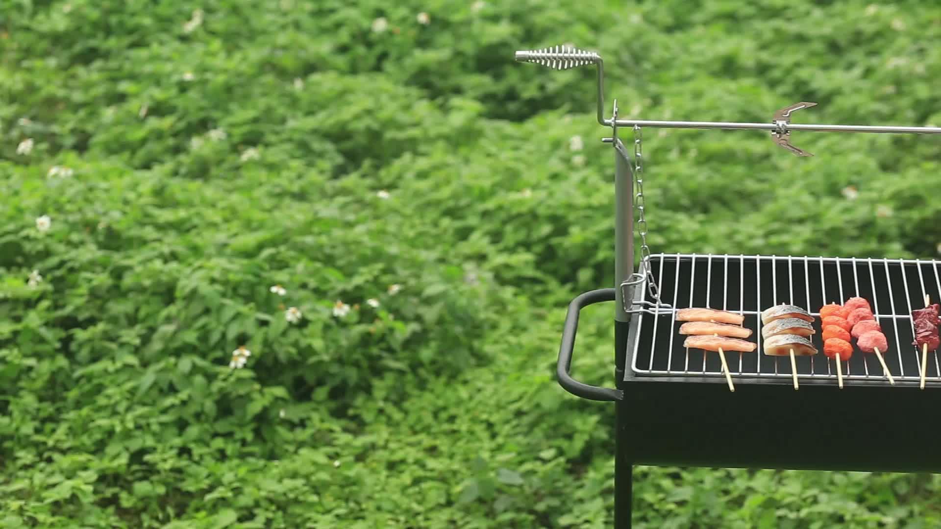 قابل للتعديل من السهل نظيفة في الهواء الطلق Babecue عربة تدوير شواية فحم لحفلات الشواء مع سيخ
