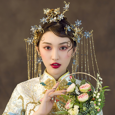 Chinese wedding headdress with empty flowers, antique hair, Xiuhe dress and headdress