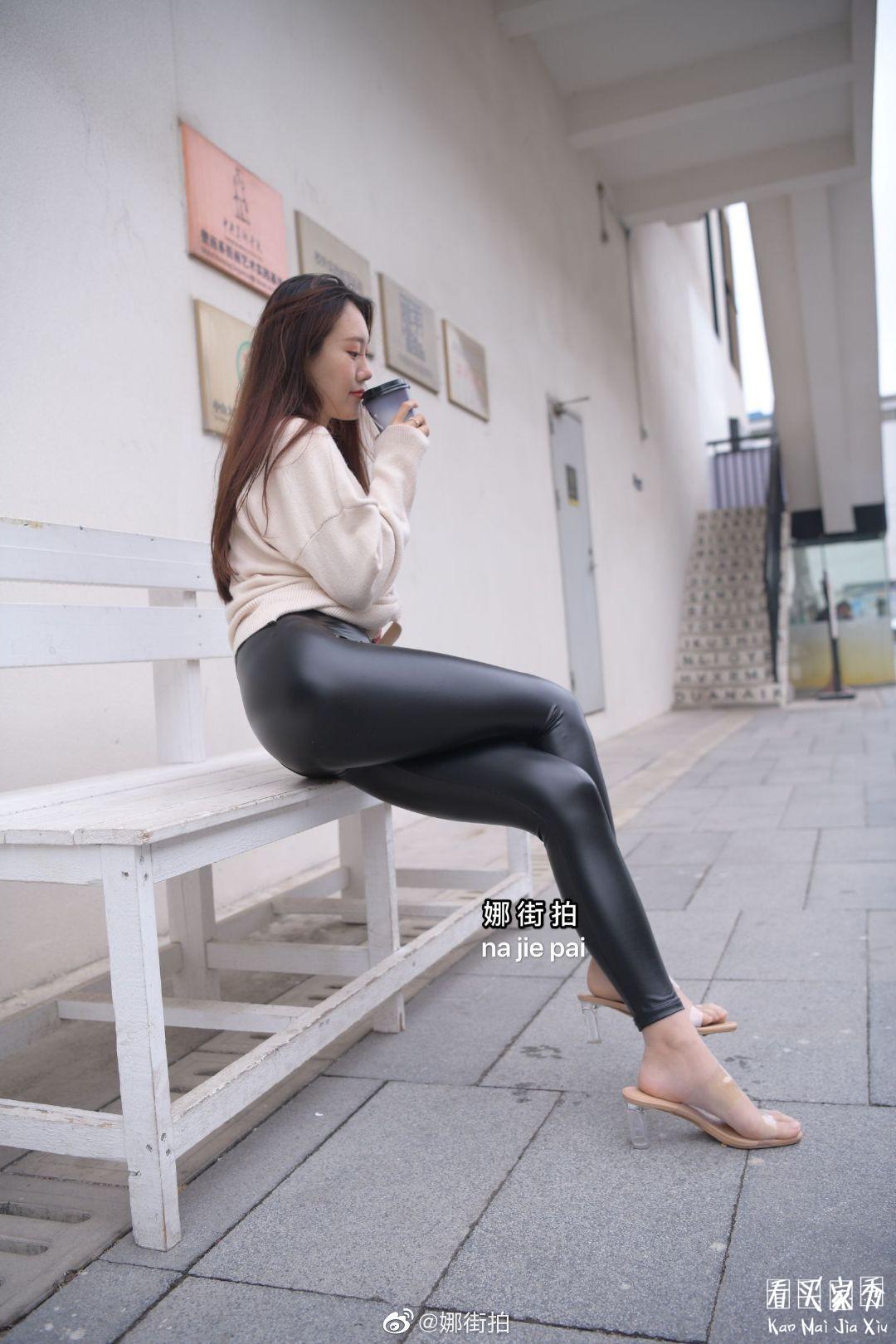 [街拍美女]街拍黑色哑光紧身裤美女2
