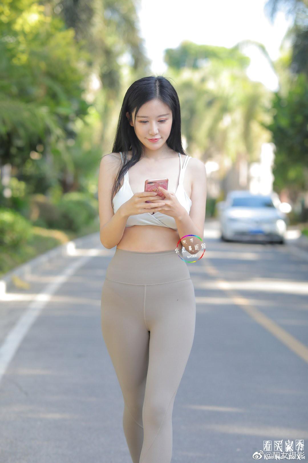[街拍美女]超大胸美女街拍,瑜伽裤运动内衣尽显魔鬼身材2