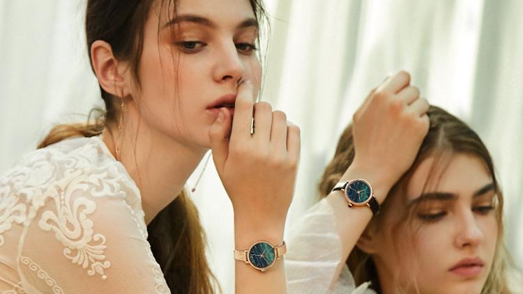 耳环与手表碰撞,这两款配饰让你独具个性