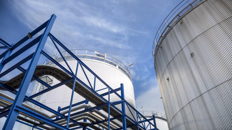 美国汽油库存连续2周增长,精炼油库存降幅不及预期,但原油库存意外大幅减少800万桶,油价跳升近30个点