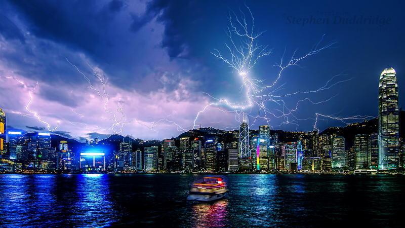 """香港经济陷入衰退。专家称在抗议,贸易战中经济将""""保持疲软"""""""