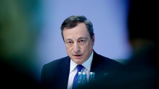 欧洲央行维稳货币政策,随后德拉基召开新闻发布会指出,欧元区经济增长强劲;但是否撤出QE仍取决于通胀前景。且同期公布的美国零售数据向好令欧元承压...
