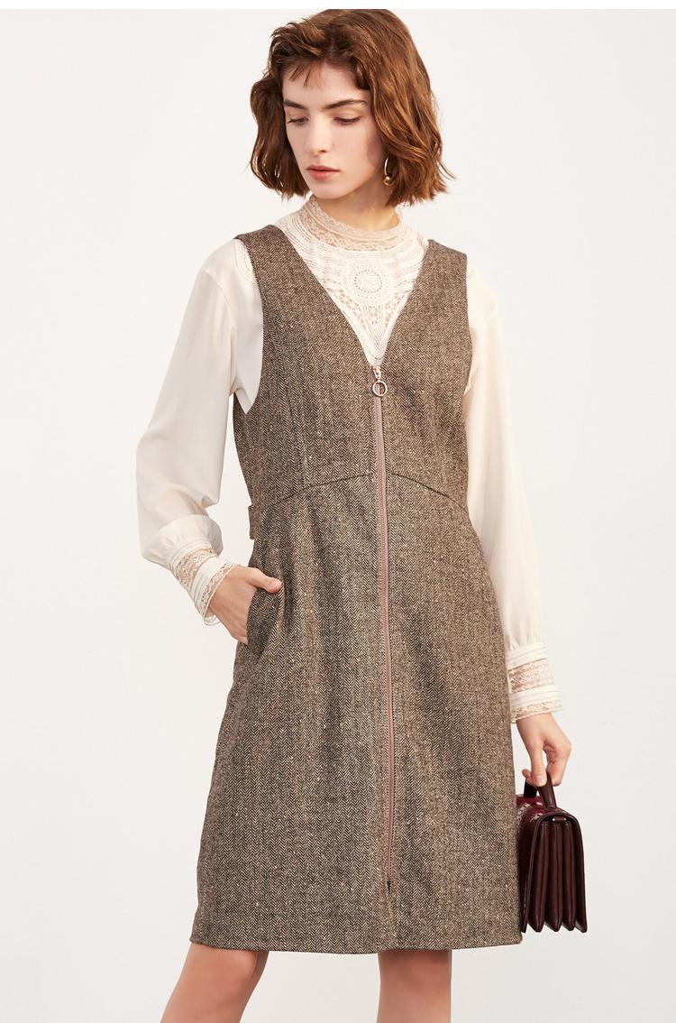 Lily2018冬新款女装商务棕色人字纹,背带裙,前襟拉链连衣裙