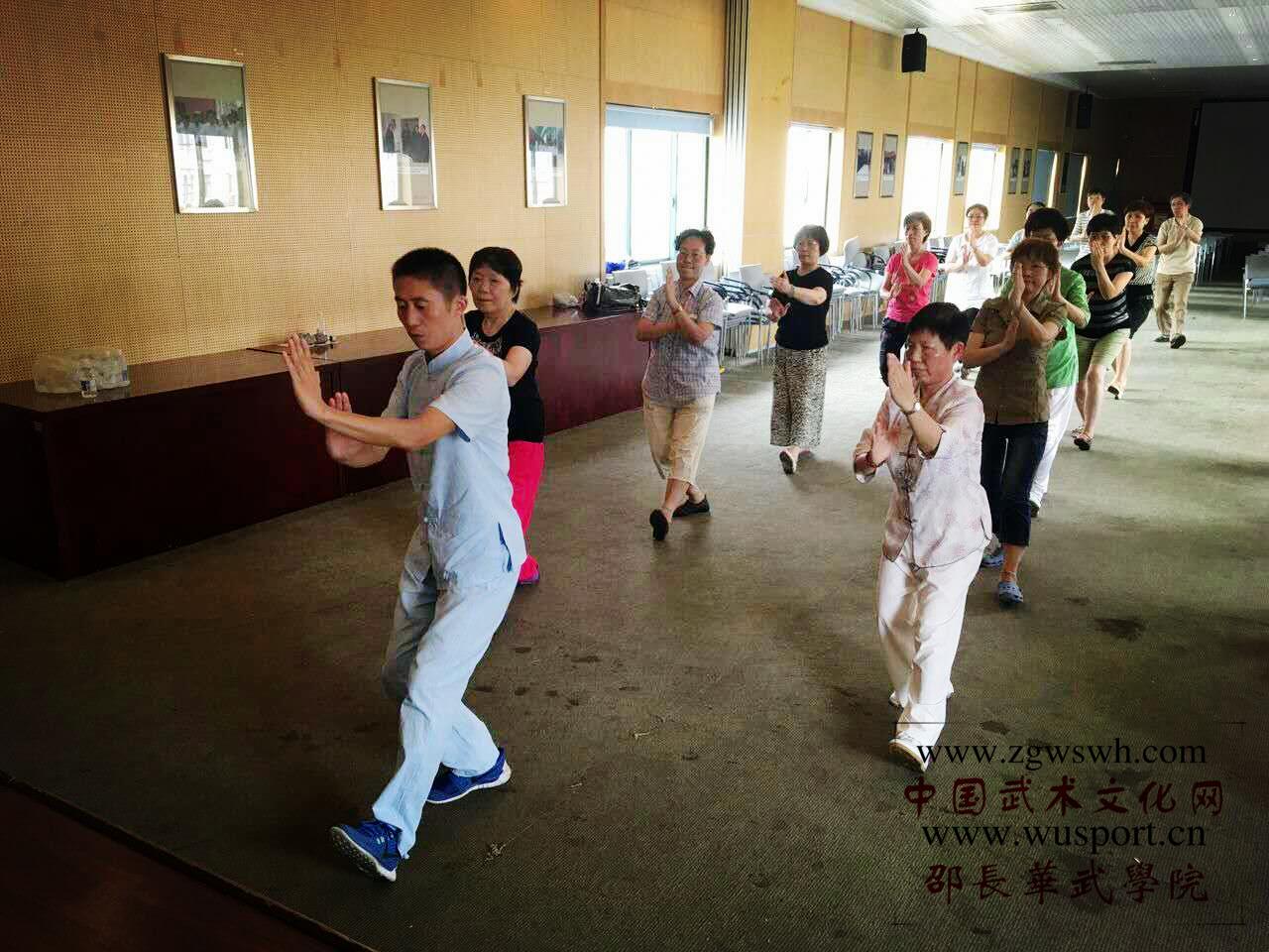邵长华受邀到上海市第一人民医院教学龙身蛇形太极拳