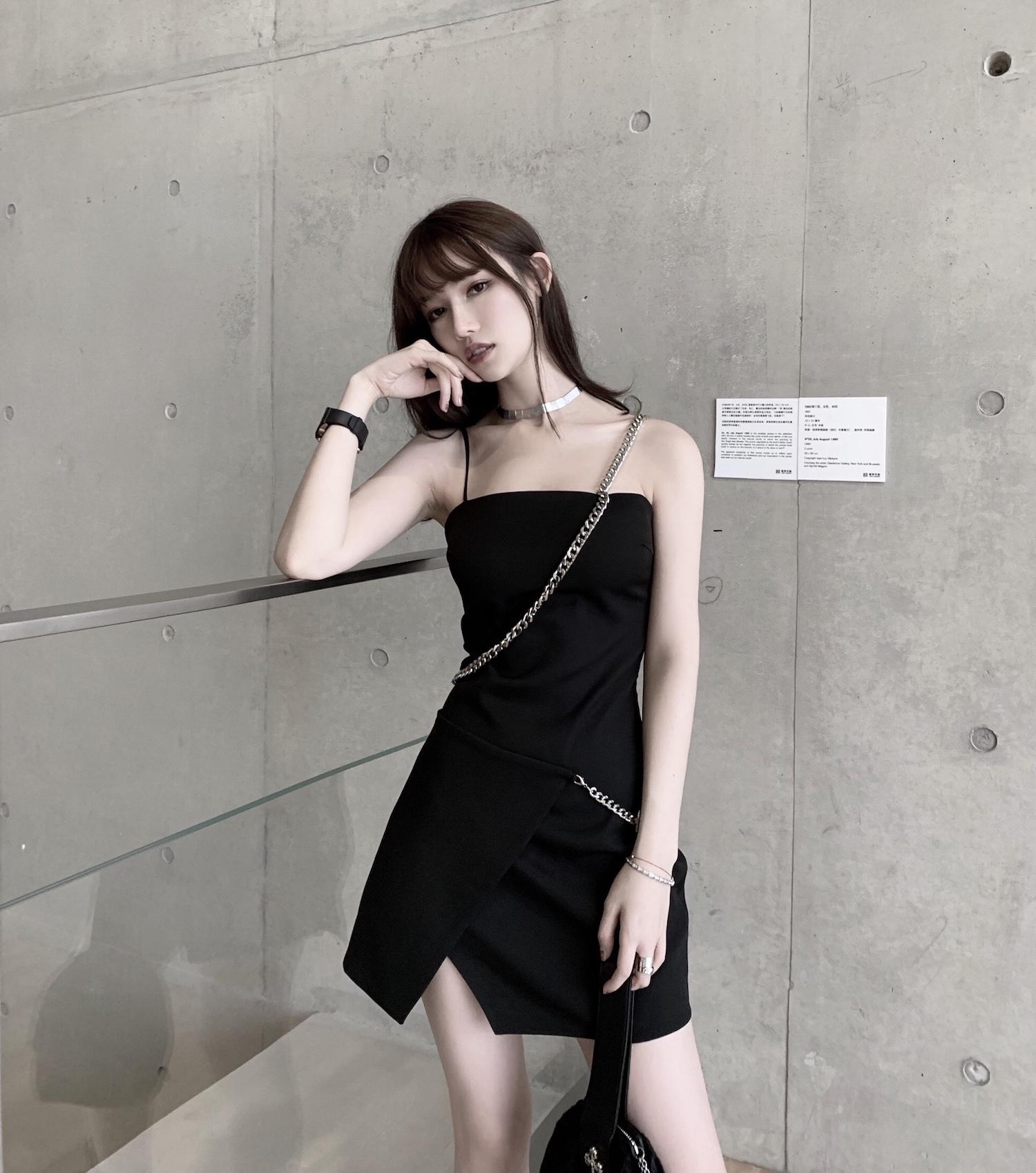 CHICYOU链条不规则肩带吊带黑色搭扣修身显瘦装饰开叉金属连衣裙