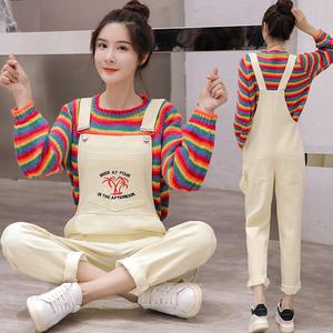 亚博娱乐平台入口 泫雅风ins洋气彩虹条纹毛衣针织套头+韩版刺绣背带裤套装潮