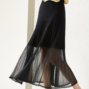 La Natsu Bell's big swing, loose gauze, black pleated skirt.