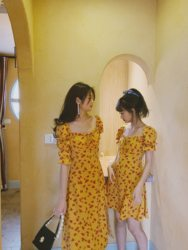 Laying eggs, French niche 2021 summer retro girl yellow print slim high waist floral dress