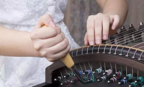 古筝为何会被弹断弦?