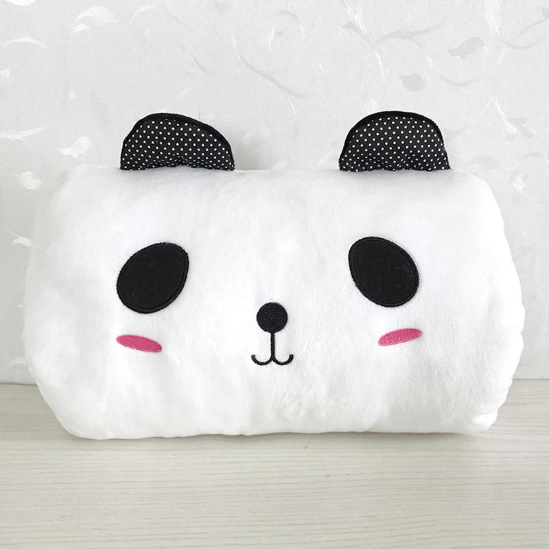 Белый панда руку закрыть ладонью