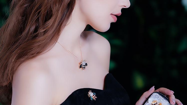 精致的小蜜蜂胸针,为女性增添时尚魅力
