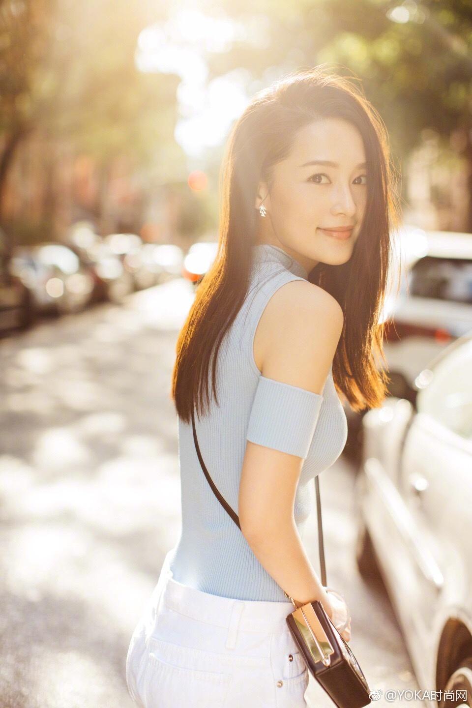 李沁明星同款蓝色短袖露肩打底衫,修身针织T恤短款上衣