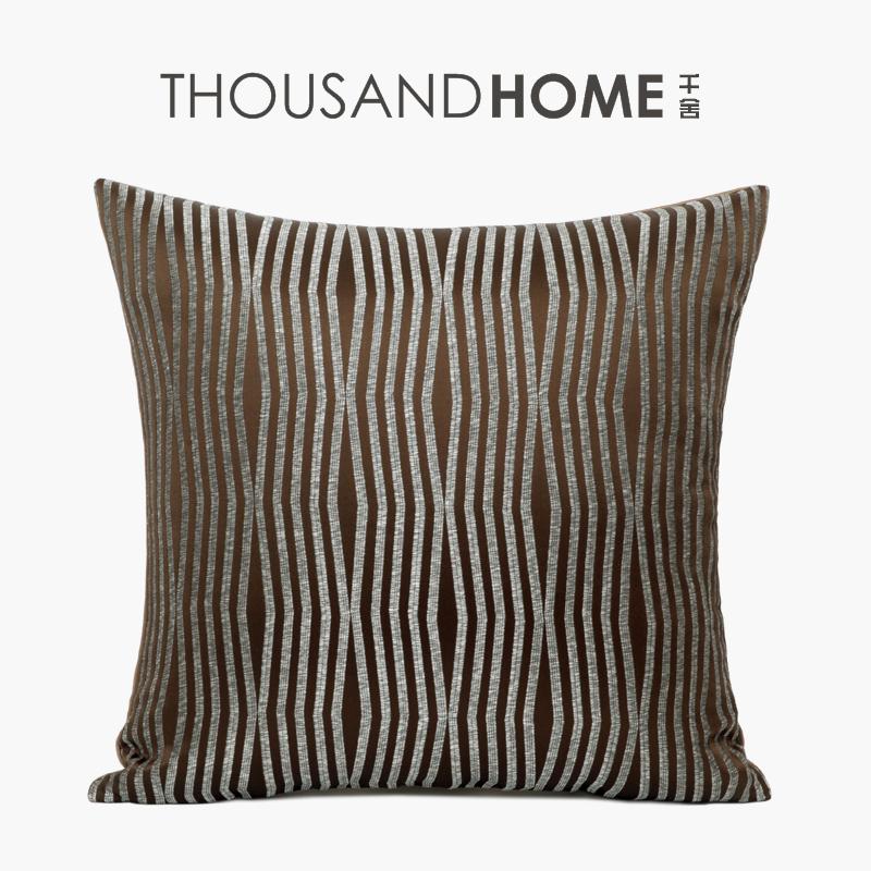 千舍 咖色绣花图案抱枕 现代简约轻奢华风格样板间老人房会所靠枕