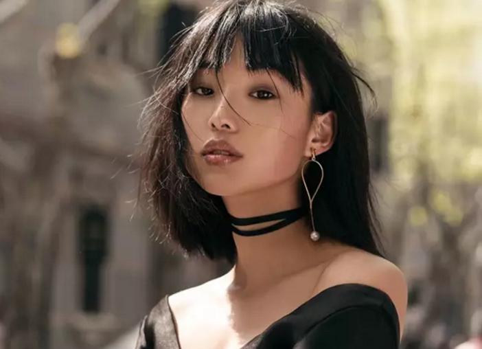 华裔女孩靠冷漠脸走红,网友称千年一遇!