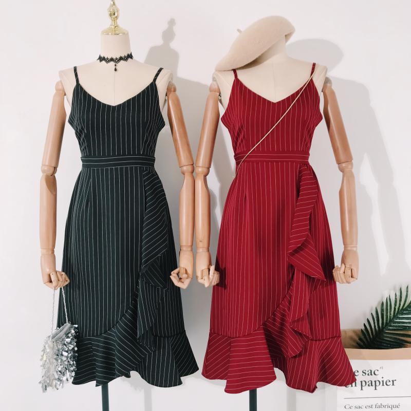 鲤鱼小姐~19新款三色显瘦条纹不对称荷叶摆吊带修身中长裙连衣裙