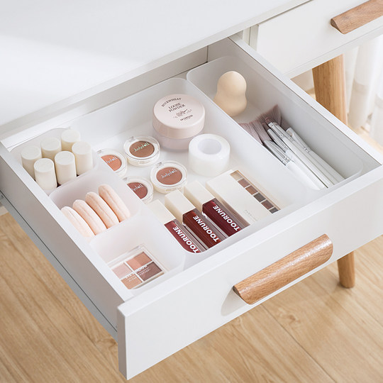 Separate the storage box in the drawer. The desk put the stationery in the drawer.