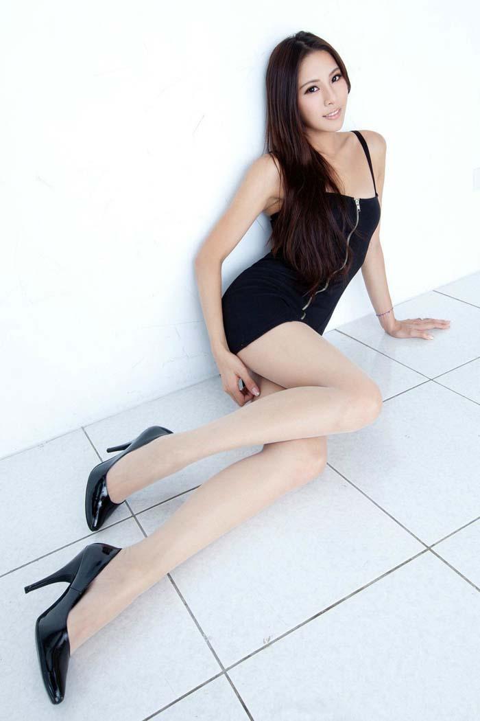 台湾第一美腿嫩模-Lorraine的私房丝袜美腿秀