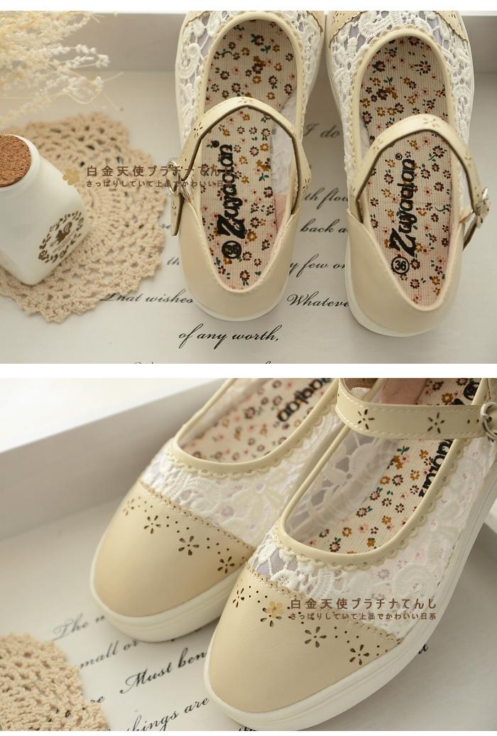 Giày ren hoa trắng