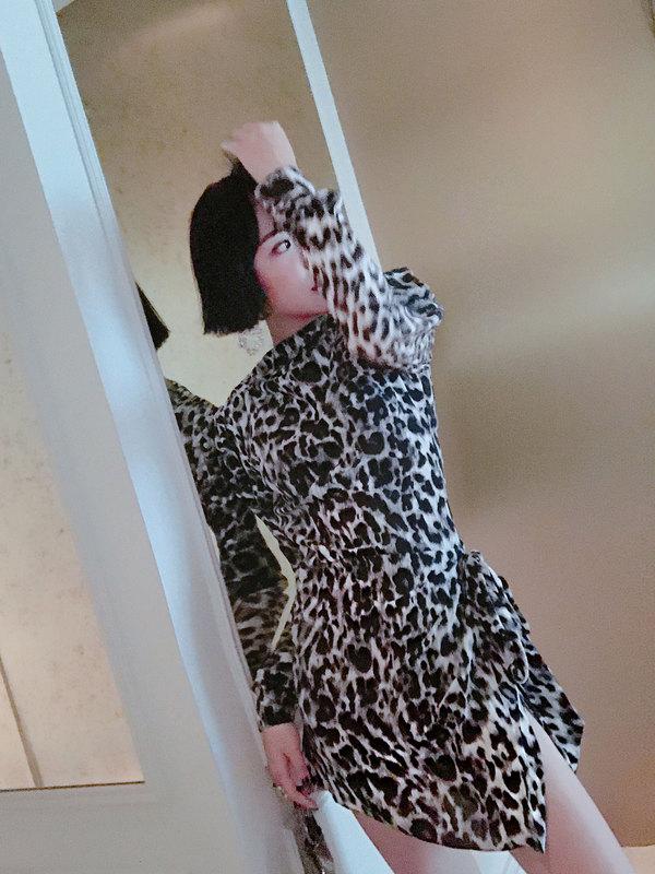 """一直以来我都认为""""我一定驾驭不了这件""""这个想法完全是你给自己时髦路上挖的最大一坑很多姑娘对豹纹敬谢不敏、敬而远之你们可能就此与真正成为时髦精的机会擦肩而过几百次这款连衣裙也是我自己突破对于豹纹偏见的神奇单品"""