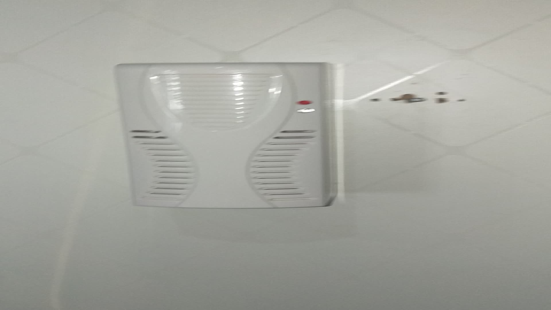 Absプラスチックファン壁掛け空気清浄車の香り香り臭いフルーツリムーバー卸売スプレー液漏れ防止ディスペンサー