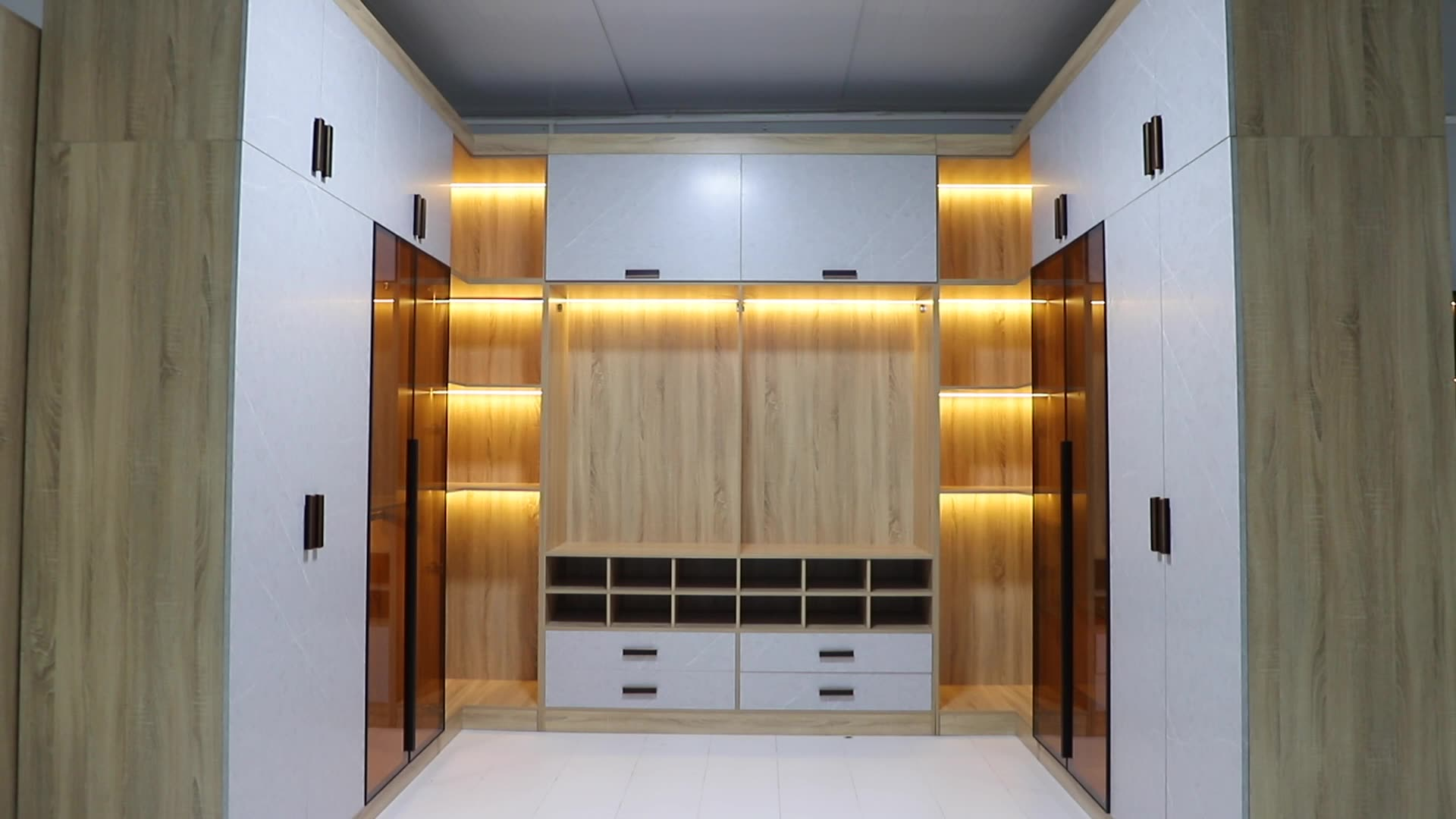 Luxurious Man Dressing Room Closet Amoires Plywood Carcase Wardrobe