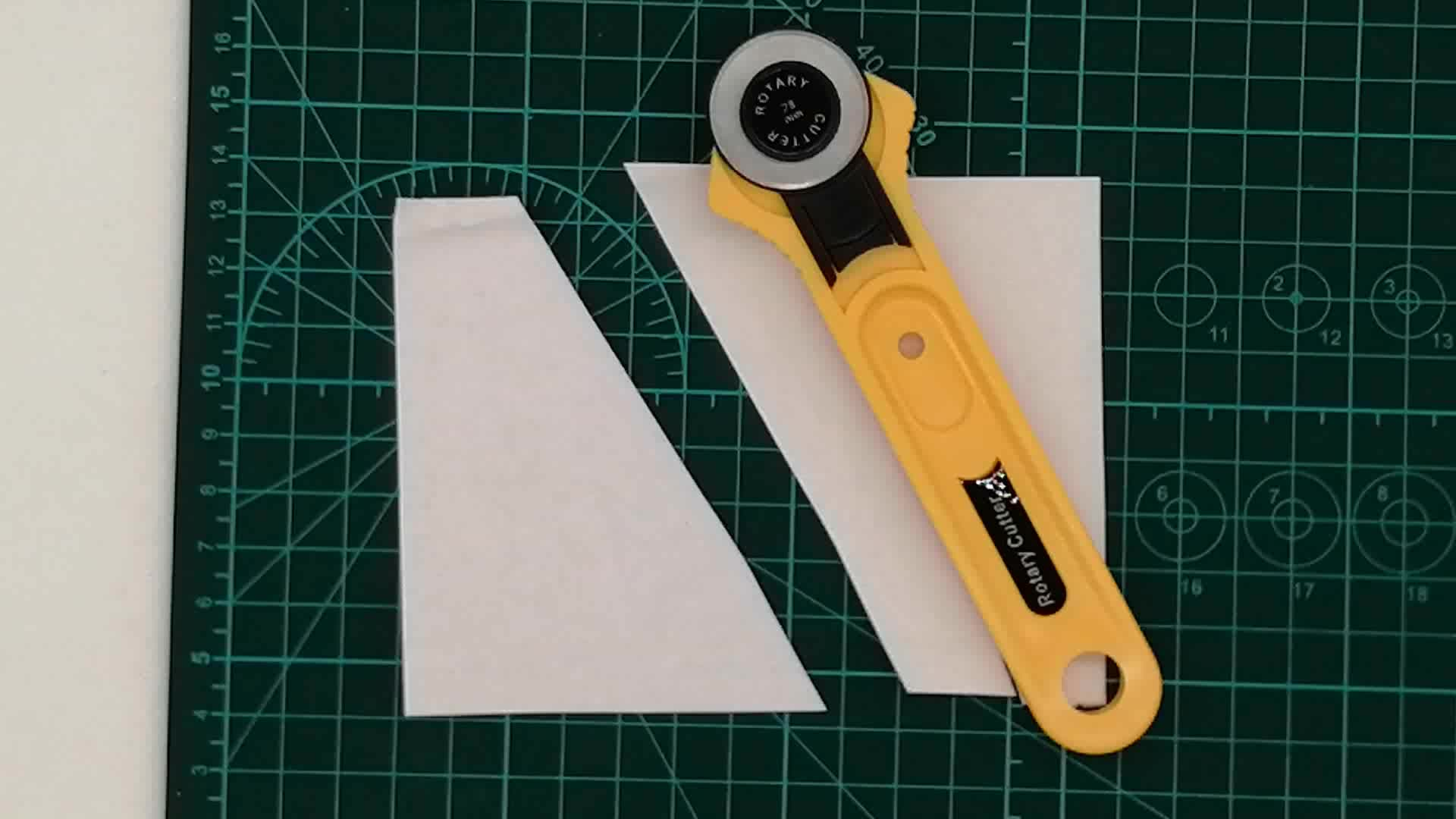 Cheap safety design handheld mini multi functional 28mm paper leather fabric rotary blade roller die cutter