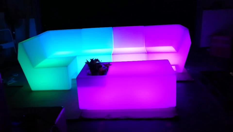 प्रबुद्ध इनडोर सोफे प्लास्टिक गार्डन आँगन फर्नीचर एलईडी प्रकाश मेज और बार कुर्सियों घटना के लिए इस्तेमाल किया आउटडोर सोफा सेट का नेतृत्व किया