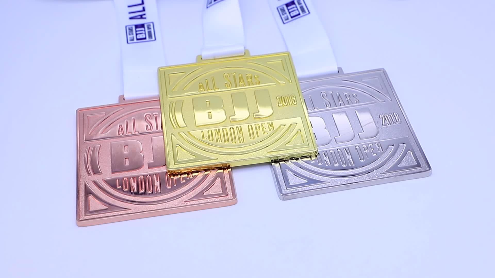 ขายส่งราคาถูกพลาสติกเหรียญด้วยริบบิ้น/กีฬาเหรียญ/เหรียญรางวัลขาตั้ง