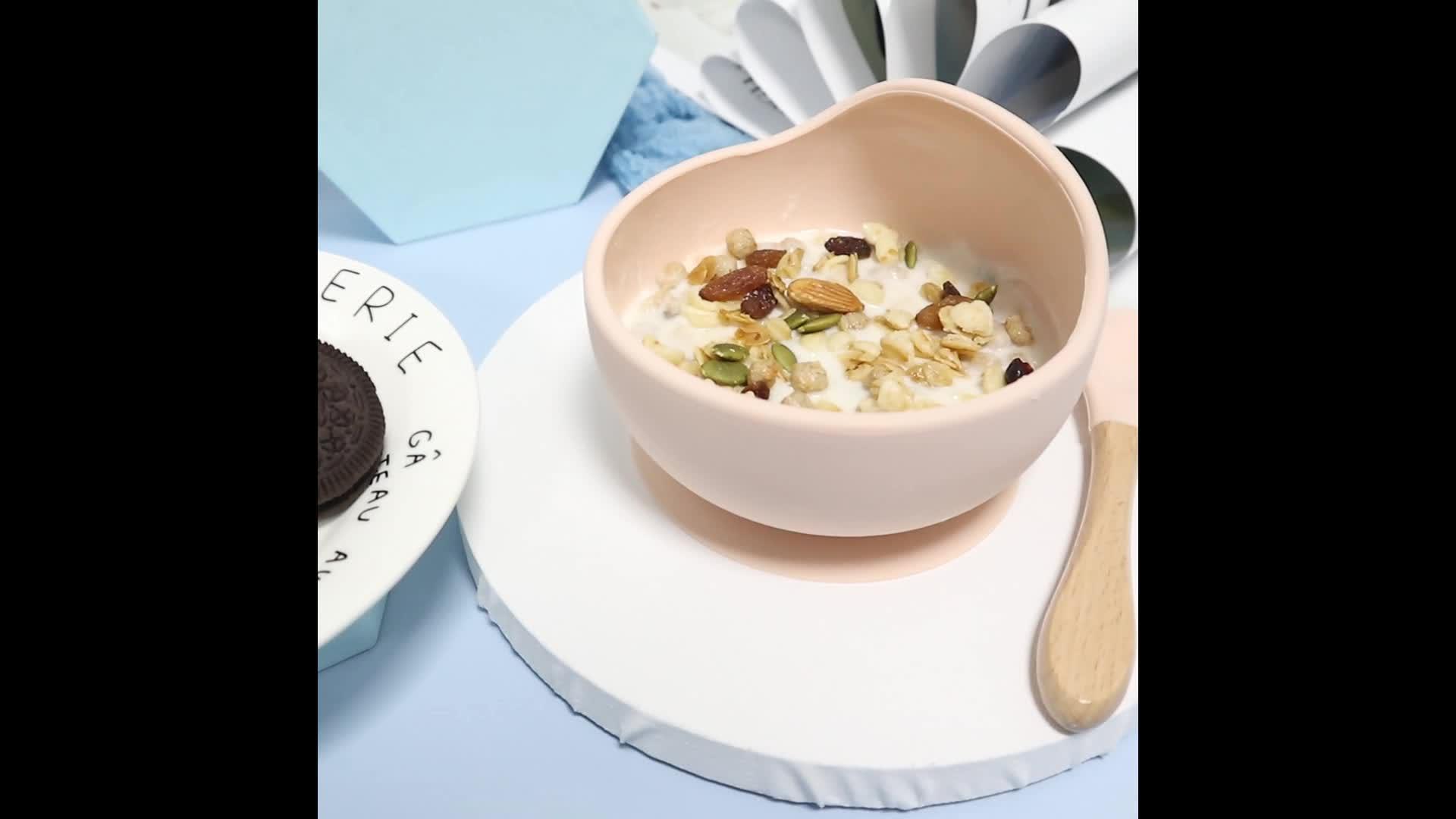 وعاء وملعقة للأطفال مصنوع من السيليكون الناعم للأطفال