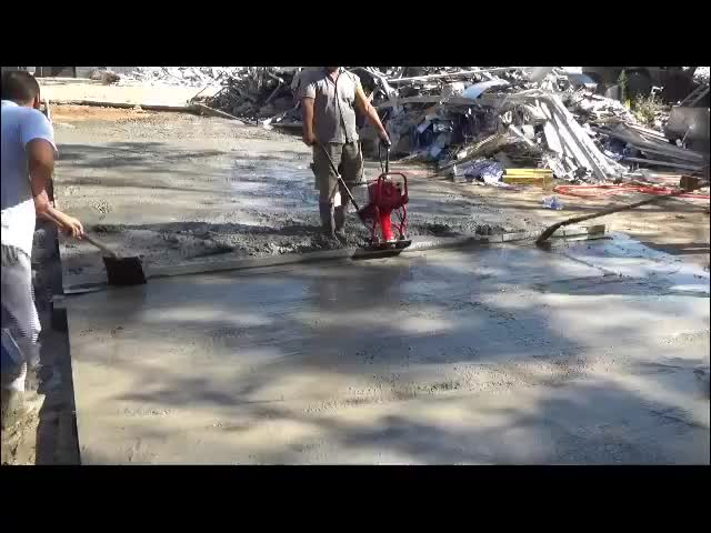Vibrating Concrete Finishing Screed powered by Gasoline