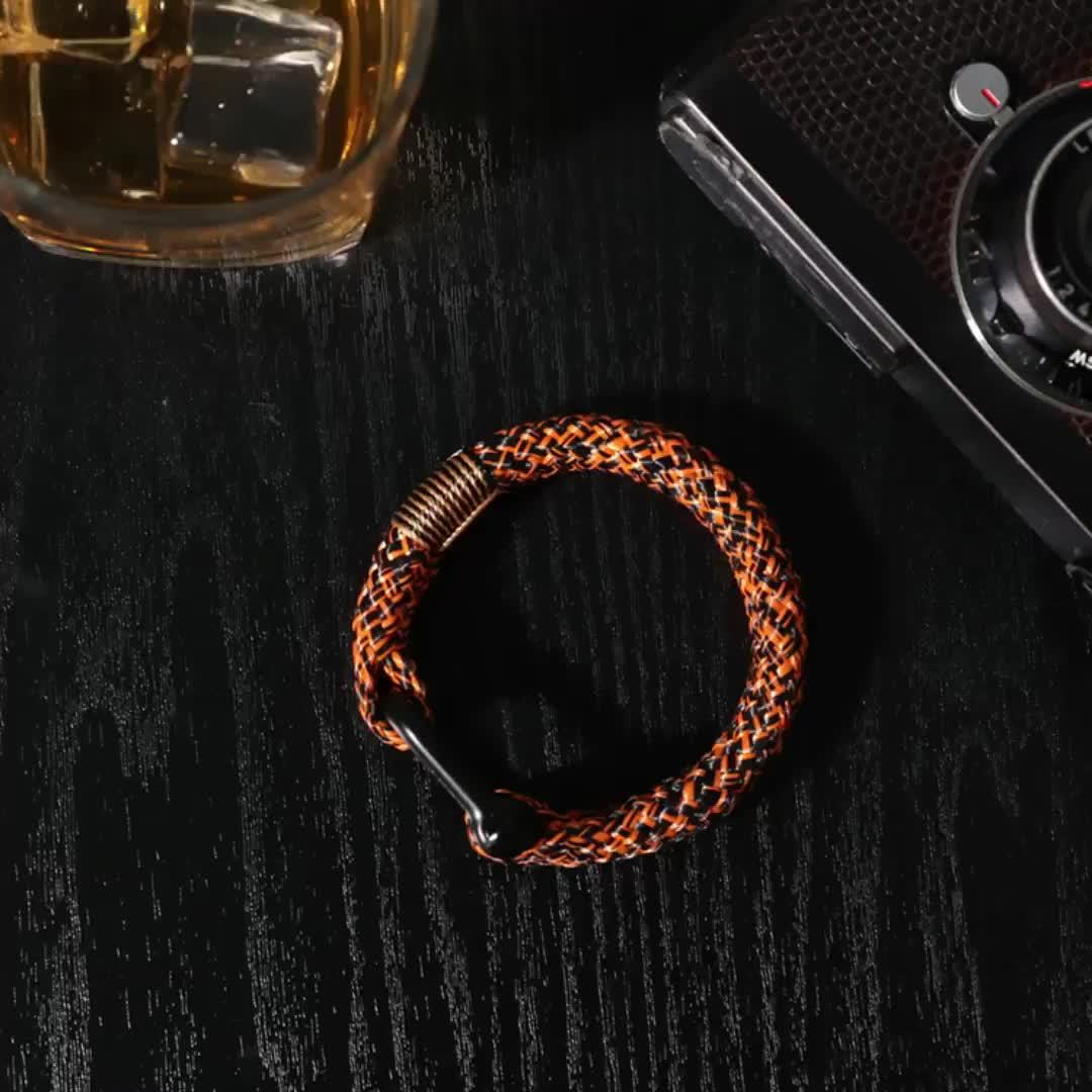 การออกแบบใหม่สีดำสีส้ม 12 มิลลิเมตรสร้อยข้อมือเข็มกลัด paracord สร้อยข้อมือที่กำหนดเองผู้ชาย