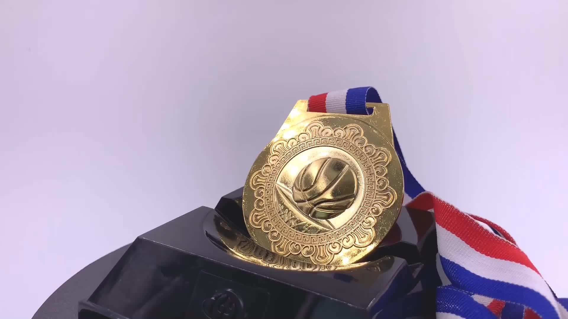 फैक्टरी स्मारिका उपहार पेशेवर अनुकूलित फुटबॉल ट्रॉफी स्वर्ण पदक फुटबॉल