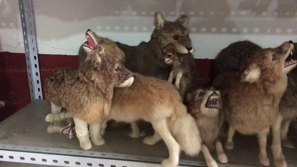 เหมือนจริงจำลองหุ่นยนต์สัตว์ Animatronic หมาป่ารุ่น cuddly ขนาดเล็กที่กำหนดเองเหมือนจริงขนาดเล็ก furry หมาป่า