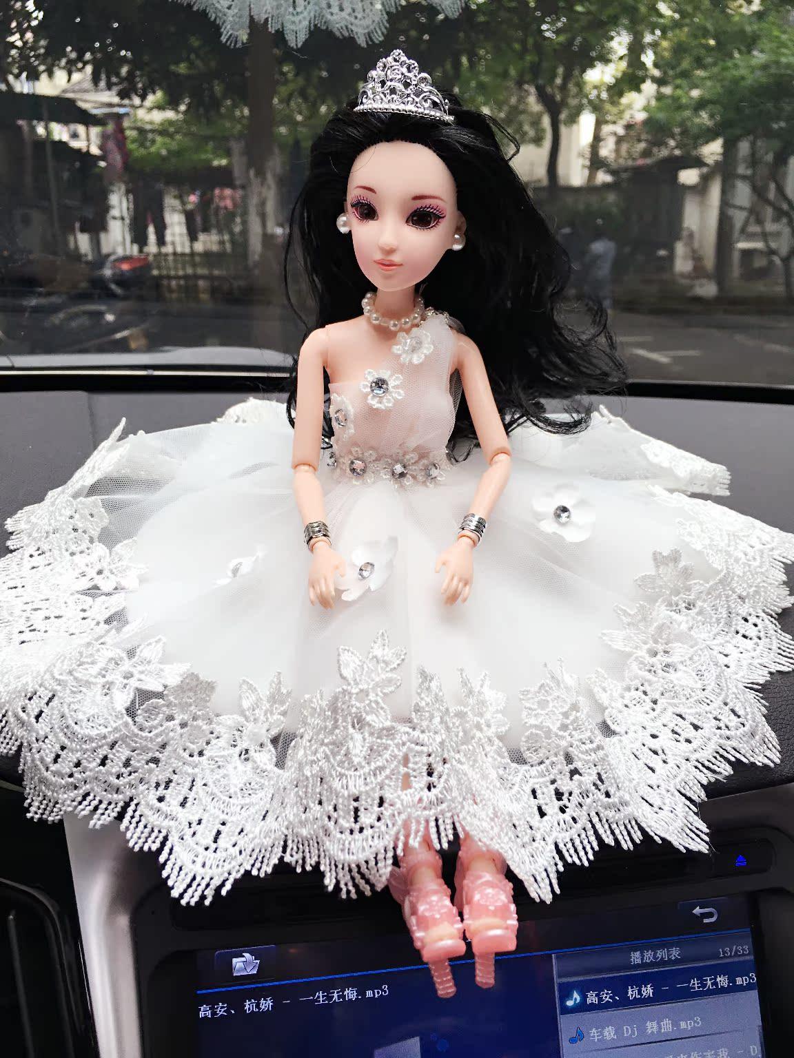 车载芭比娃娃婚纱摆件 孔雀花边车载芭比 汽车娃娃婚纱妹妹车摆
