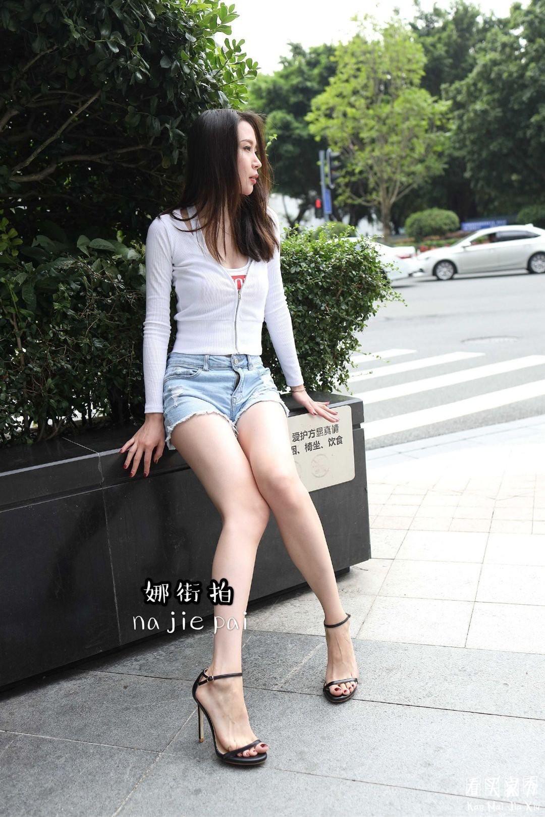 [街拍美女]娜街拍大尺度超短热裤蜜桃臀美女,这臀部流线,堪称魔鬼身材1